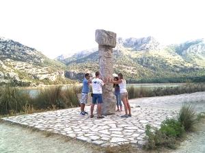 Trabajo energético de los 4 caballeros empleando un pilar del antiguo santuario talayótico de Allmayutx, Mallorca