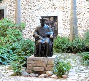 Esta es la foto de un prior de Lluc muy significativo para la historia del monasterio. No puedo asegurar que se trate del que nosotros estemos hablando. Pero si puedo deciros que existe un parecido físico entre el rostro de escultura y el señor 'H'  ¿Casualidad?