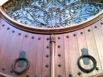 Detalle en puerta del centro de Ciutadella. Se ve una piña, símbolo de la glándula pineal. Dio la casualidad que aquí pude conectarme muy facilmente