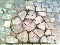 Existen curiosos detalles en el pavimento del centro de Ciutadella