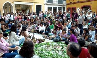 Grupo entonando cantos frente a la catedral de Ciutadella, Menorca. El trabajo de protección seguía en curso