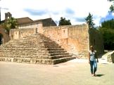 Curiosa escalinata con forma de pirámide maya. Tiene dos relojes de sol ubicados a ambos lados de la misma. Algunas piedras de sus escalones son demasiado grandes. Da la impresión que han sido sacados de algún monumento megalítico que existía en la cima de esta colina.
