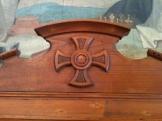 Cruz patada en el confesionario del oratorio de Sant Joan. La cruz patada ha sido usada por caballeros templarios y por los nazis.