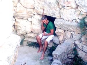 Luis Otero en el poblado talayótico de son Fornés, Montuiri, Mallorca