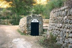 La fuente de ses Artigues brota en el lado nordeste de la peña de Sa Bastida. Su lado Femenino.