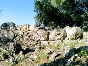 Restos de piedras ciclópeas formando una muralla en lo alto de una colina.  Un misterio para todos los arqueólogos