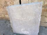 Losa de piedra con la inscripción -Gnosce te ipsum-
