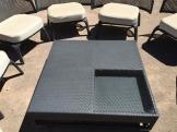 Las mesas y los cojines en el restaurante de Canyamel también hacían referencia a la forma cuadrada.