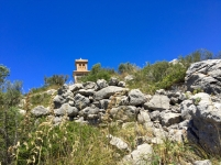 Restos de un túmulo talayótico preceden a la torre