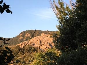 Desde lejos puede verse la silueta de una esfinge, un león que corona y protege el lugar
