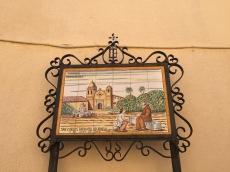 Las distintas placas conmemorativas de las misiones suelen mostrar a los frailes siempre POR ENCIMA de los indios nativos.