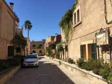 Calle en honor a Junípero Serra, en el municipio de Petra, Mallorca. Al fondo se ve la casa natal de Serra, convertido actualmente en museo