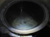 Curioso reflejo en el agua que había en la vasija de la gruta. La imagen se asemeja a una montaña con una figura blanca suspendida en el aire sobre ella