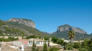A la derecha S'Alcadena. A la izda. Puig de Alaró.